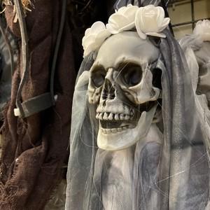 🖤 Jusqu'à ce que la mort nous sépare 🖤  Suspendez cette décoration de mariée de la mort pour Halloween 💀  #halloween #halloweendecor #halloweenparty