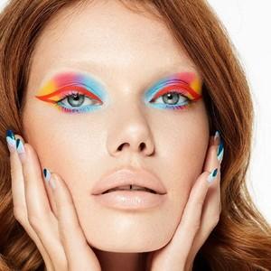 """""""Color makes me happy"""" 🍭  Kryolan c'est une marque de maquillage pour les professionnels qui vous aidera à créer des vrais chefs-d'œuvre ! 💄🌈  photo : @kryolanofficial   #makeupartist #makeuplook #makeupprofesional #colors #kryolan"""