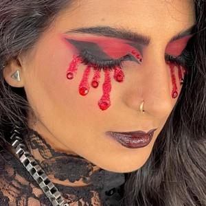 Zoom sur ce magnifique maquillage pour Halloween ❤️🖤  Vous aimez ? 😍  👉 Body Jewels Red de la marque @kryolanofficial  #makeup #inspirationmakeup #KryolanHalloween #ReinventingClassics #GothGirl #GothGirlMakeup