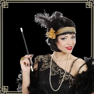 Alors, vous avez pensé à un thème pour votre soirée de Nouvel An? Nous on a encore pensé à Gatsby Le Magnifique ! ✨  Et pour s'accorder avec la robe qu'on vous a partagé la dernière fois, voilà l'accessoire parfait : un bandeau or et noir à sequins et à plumes 🤩
